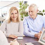 Rentnerdarlehen: Ein älteres Paar im Beratungsgespräch